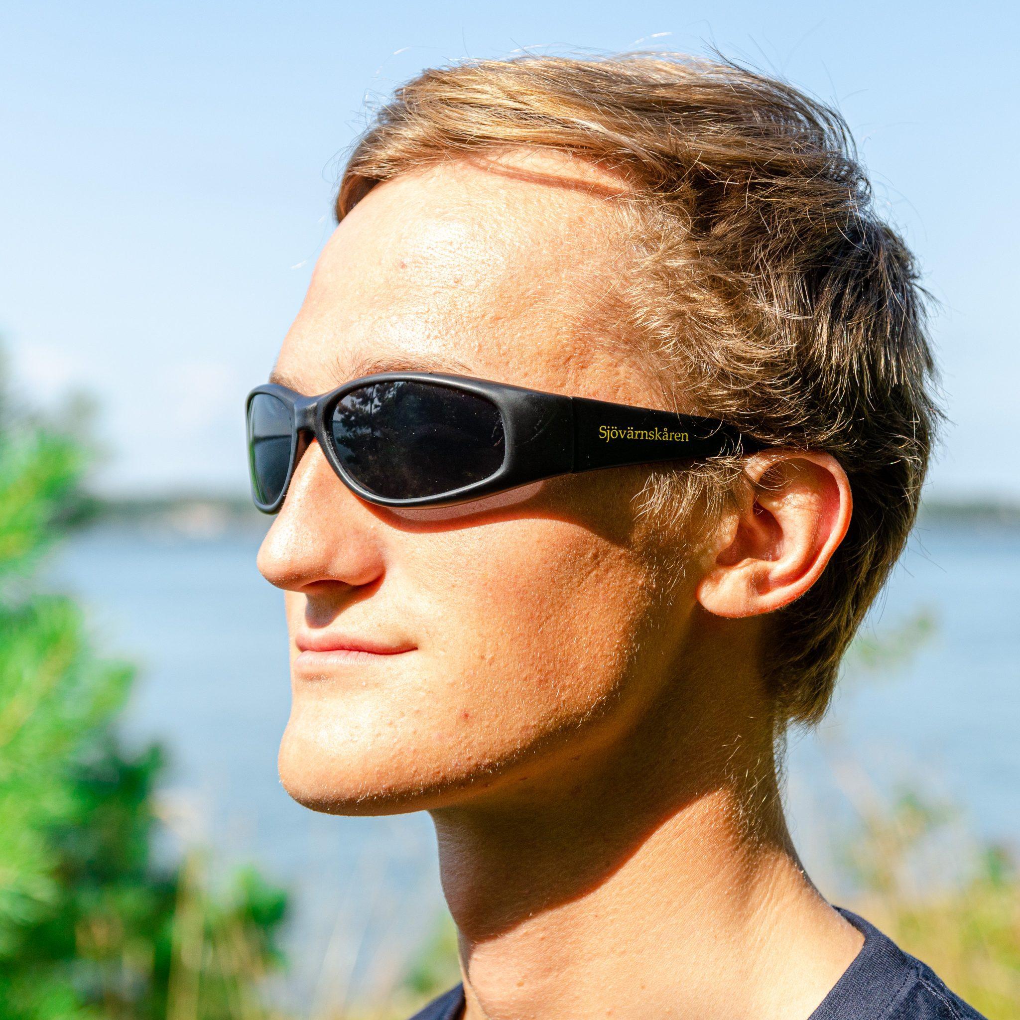 Svarta solglasögon med texten SJÖVÄRNSKÅREN tryckt på sidan.