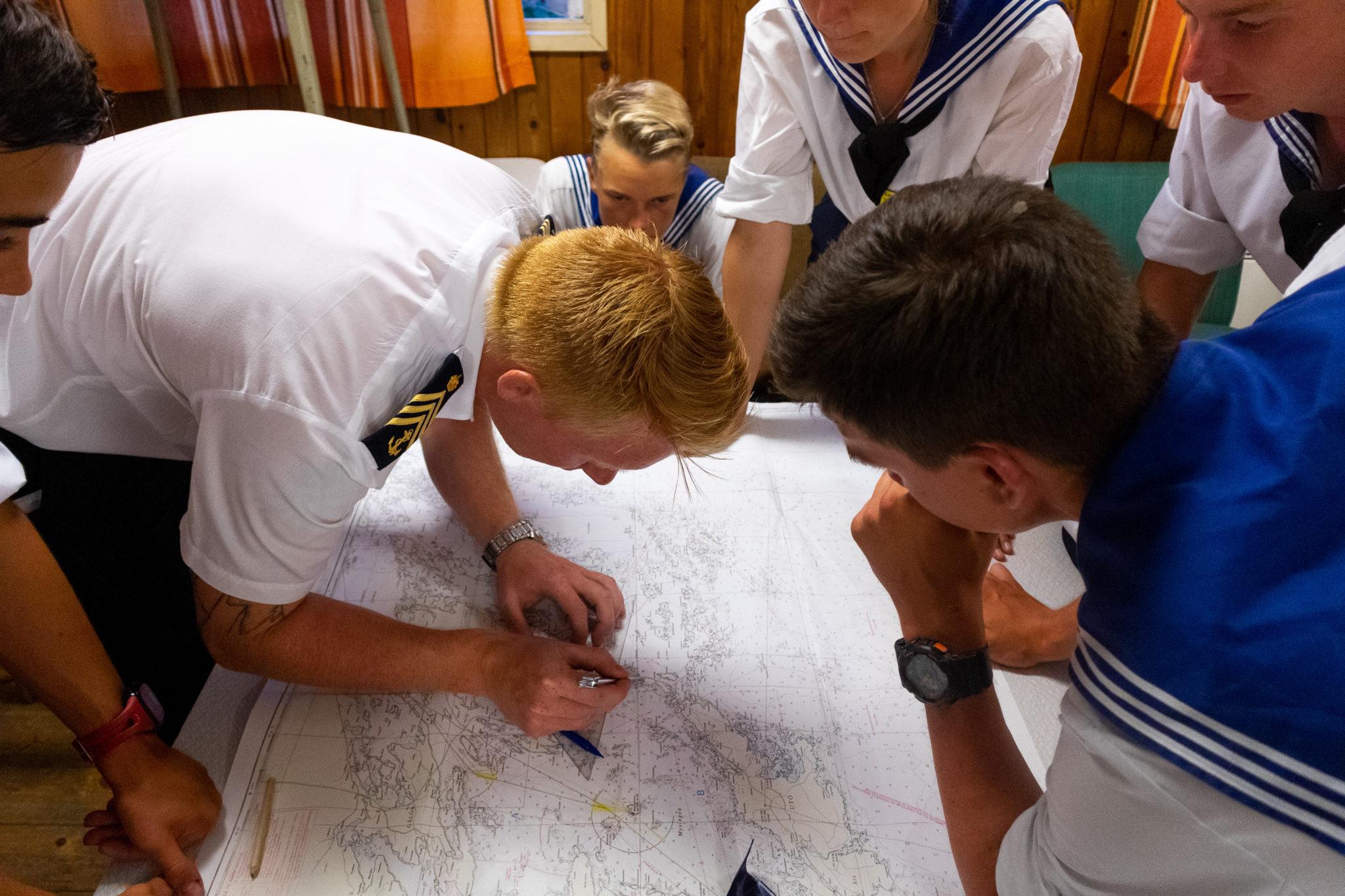 Instruktör genomför utbildning i navigation.